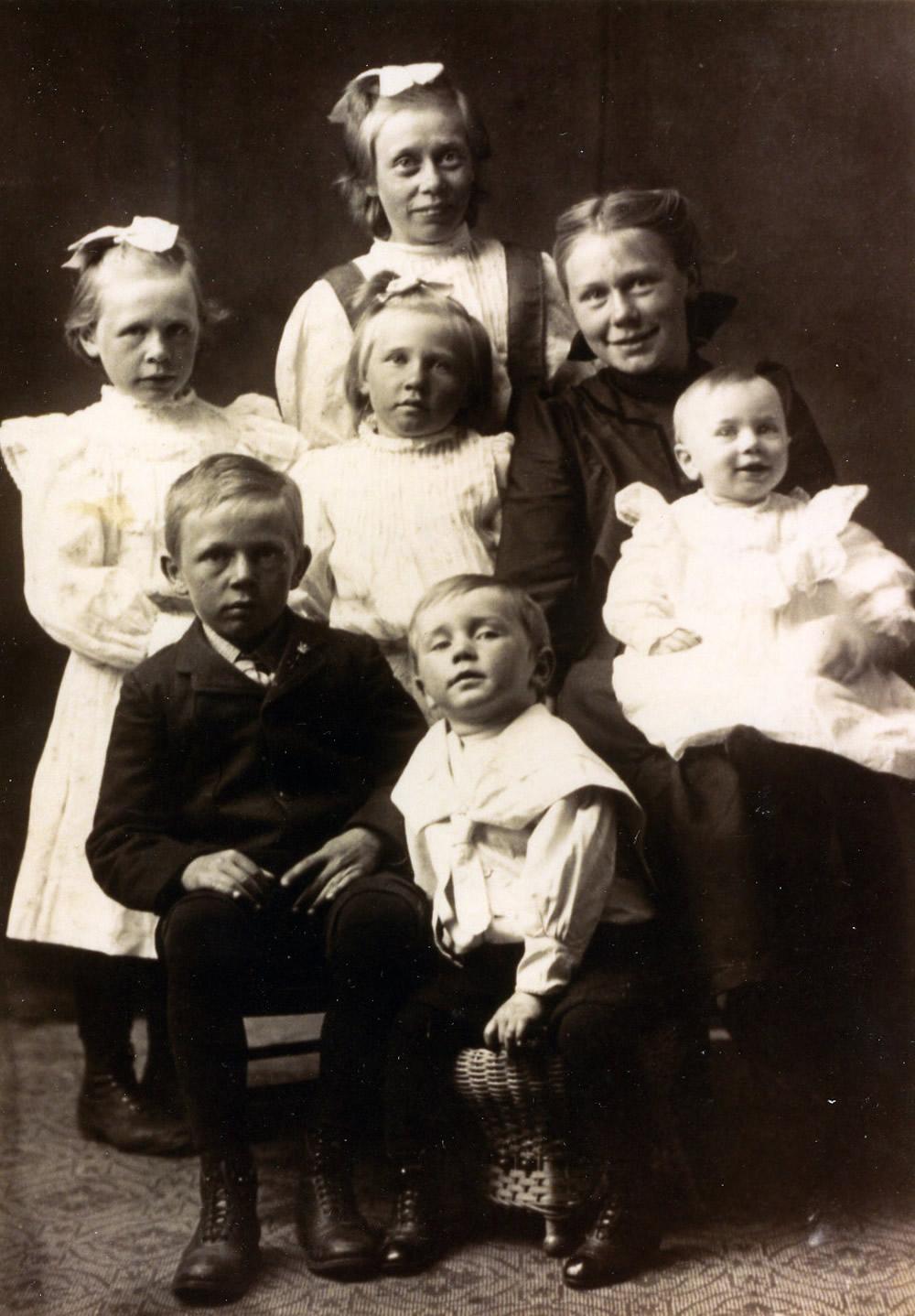Children of Peter Stoltz II (1862-1948) and Winifred Rusch (1874-1933)